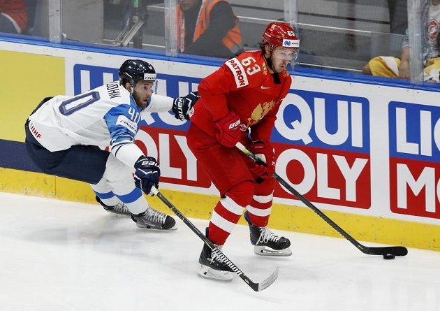 Rus Jevgenij Dadonov a Petteri Lindbohm z Finska v utkání o finále MS.
