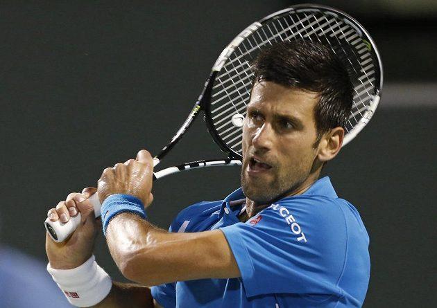 Srbský tenista Novak Djokovič během čtvrtfinálového zápasu proti Tomáši Berdychovi.