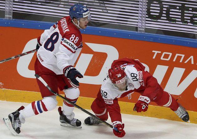 David Pastrňák (vlevo) bojuje o puk s Nicholasem Jensenem.