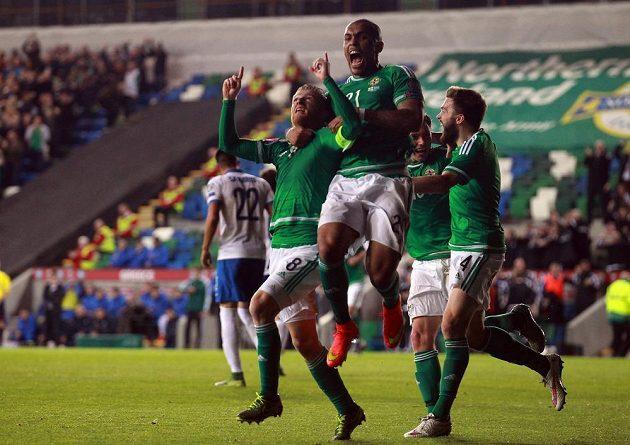 Záložník Severního Irska Steven Davis (vlevo) slaví se spoluhráči gól proti Řecku v kvalifikaci ME 2016.