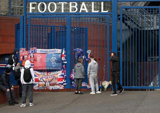 Fanoušci před stadionem Rangers vzpomínají na Fernanda Ricksena poté, co bylo oznámeno, že bývalý hráč klubu z Glasgow zemřel.