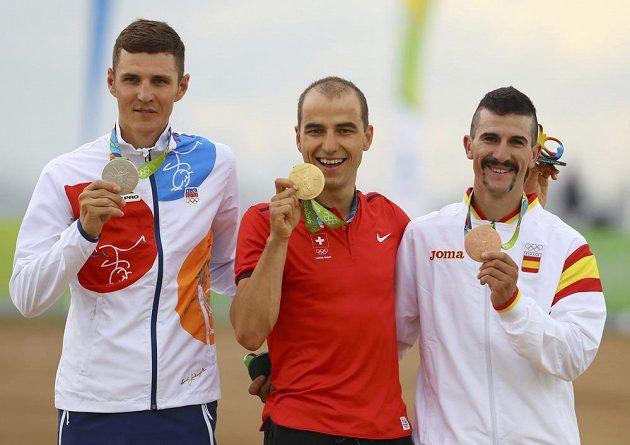 Stupně vítězů po závodech horských kol: (zleva) stříbrný Jaroslav Kulhavý, zlatý Nino Schurter a bronzový Carlos Coloma.