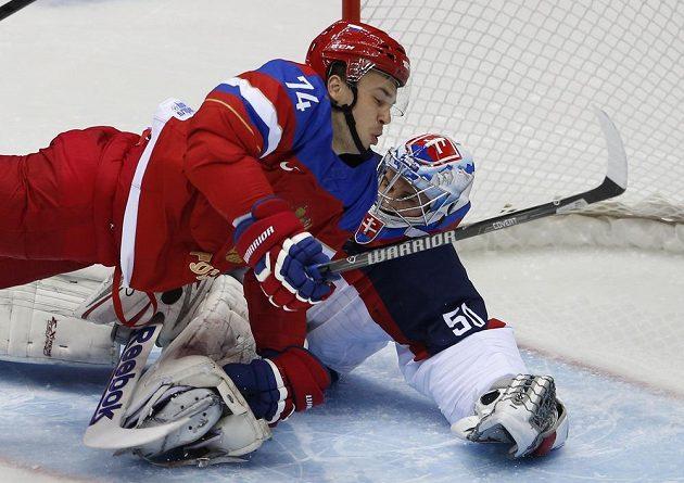 Obránce Jemelin to neubrzdil a povalil slovenského brankáře Jána Laca - ten je už třetím gólmanem Slovenska, který se na turnaji postavil do brány.