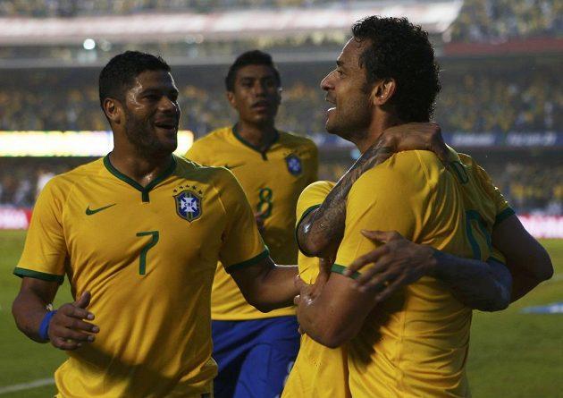 Brazilští fotbalisté Fred (vpravo) a Hulk se radují z gólu útočníka Fluminense v přípravném utkání proti Srbsku.
