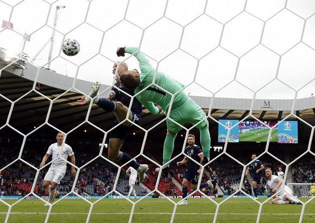 Fantastický zákrok českého gólmana Tomáše Vaclíka v utkání EURO se Skotskem.