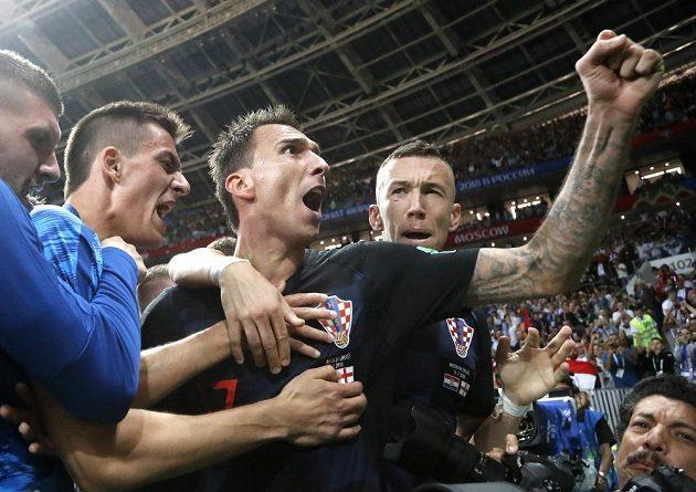 Chorvaté měli po brance Mandžukiče obrovskou radost, což na vlastní kůži pocítil fotograf AFP Yuri Cortez.
