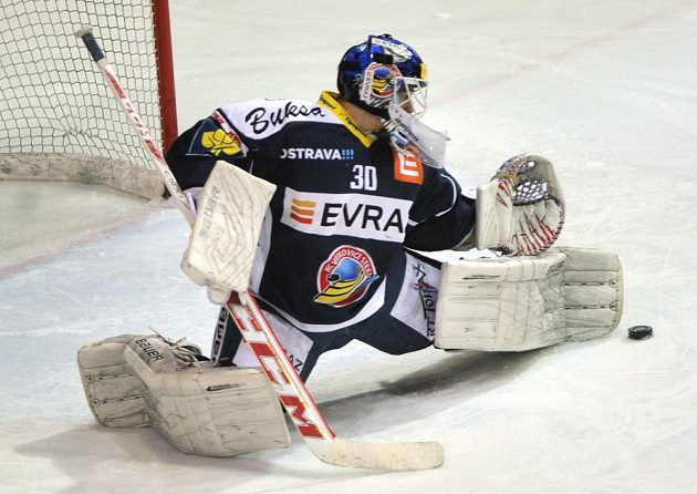 Vítkovický brankář Daniel Dolejš zasahuje v utkání proti Třinci.