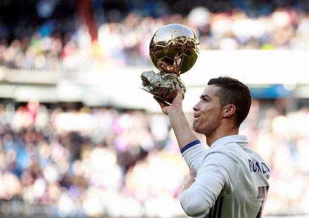 Cristiano Ronaldo ukazuje zlatý míč zaplěným ochozům před utkáním s Granadou.