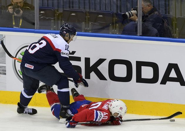 Kapitán slovenského týmu Miroslav Šatan (vlevo) atakuje Kena Andreho Olimba z Norska.