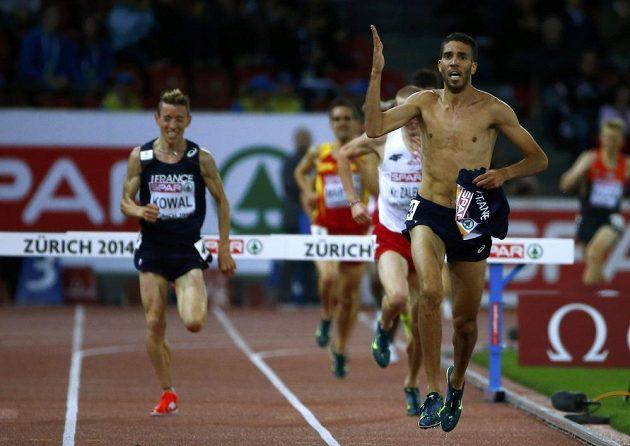 V cílové rovince závodu na 3000 metrů překážek Francouz Mahiedine Mekhissi-Benabbad svlékl dres a byl diskvalifikován.