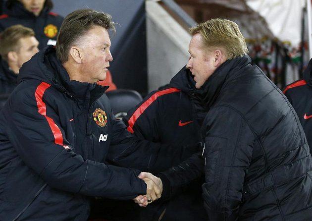 Nizozemský Kouč Manchesteru United Louis van Gaal (vlevo) se zdraví před zápasem s krajanem a rivalem na lavičce Southamptonu Ronaldem Koemanem.