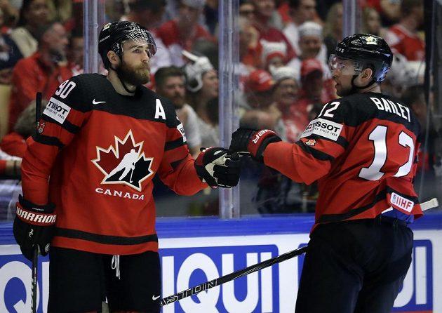 Kanadský hokejista Ryan O´Reilly přijímá gratulace spoluhráčů poté, co vstřelil gól na mistrovství světa.