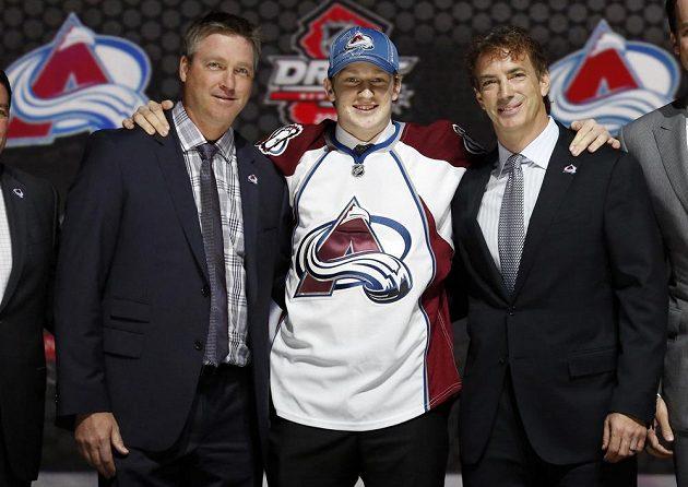 Nathan MacKinnon, jednička letošního draftu NHL, pózuje s šéfem Colorada Avalanche Joshem Kroenkem (vlevo) a generálním manažerem Joem Sakicem.