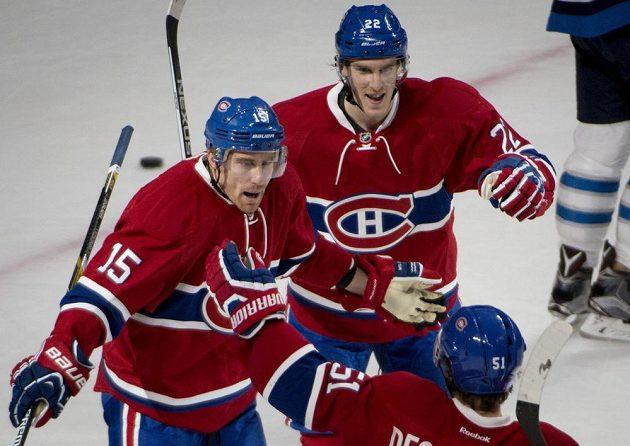 Montrealský Tomáš Fleischmann (15) se raduje po gólu proti Winnipegu, na snímku s ním jsou i Dale Weise (22) a David Desharnais (51).