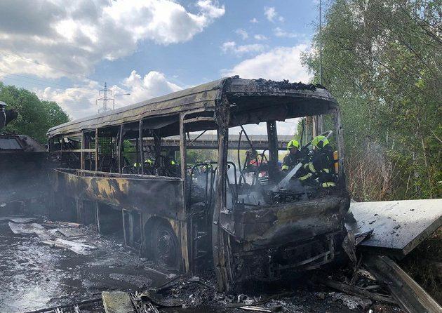 Zbytky vězeňského autobusu po srážce s nákladním autem převážejícím tanky.