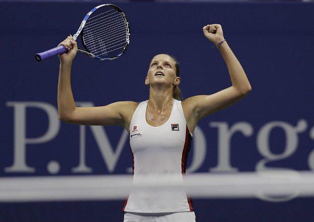 Česká tenistka Karolína Plíšková zvedá ruce při vítězném gestu po vyřazení světové jedničky Sereny Williamsové.
