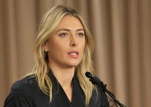Maria Šarapovová na pondělní mimořádné tiskové konferenci v Los Angeles.