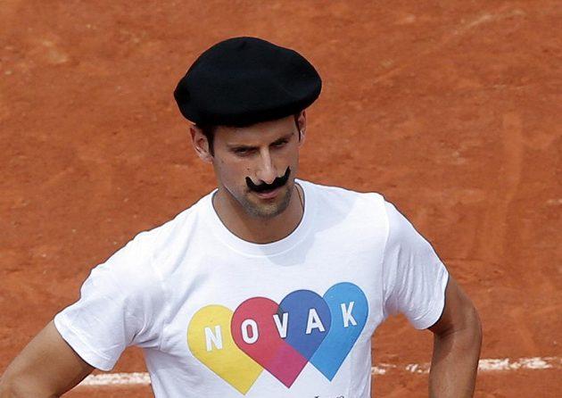 Srb Novak Djokovič byl v tréninku samá legrace - navlékl i legionářský baret a falešný knír.