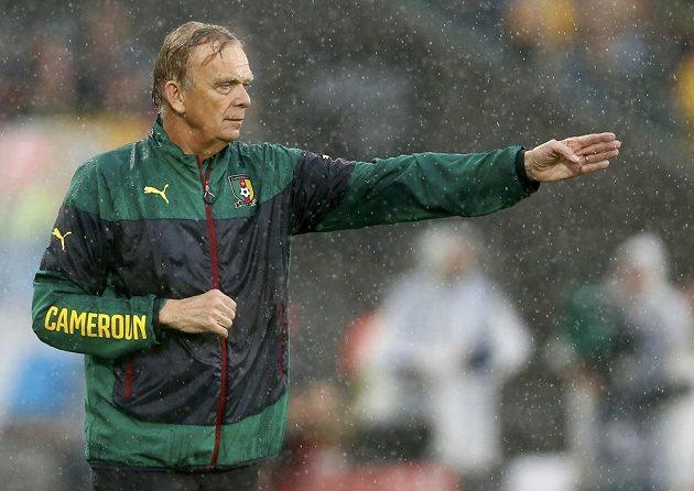 Německý kouč Kamerunu Volker Finke v zápase s Mexičany.