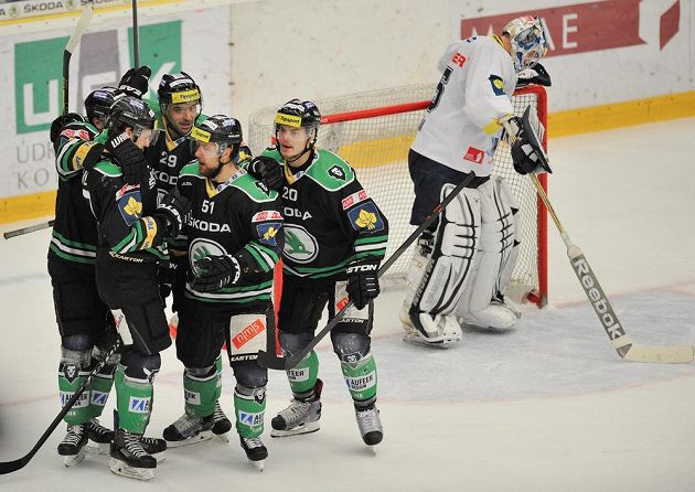 Hráči Mladé Boleslavi se radují z gólu. Vpravo brankář Liberce Ján Lašák.