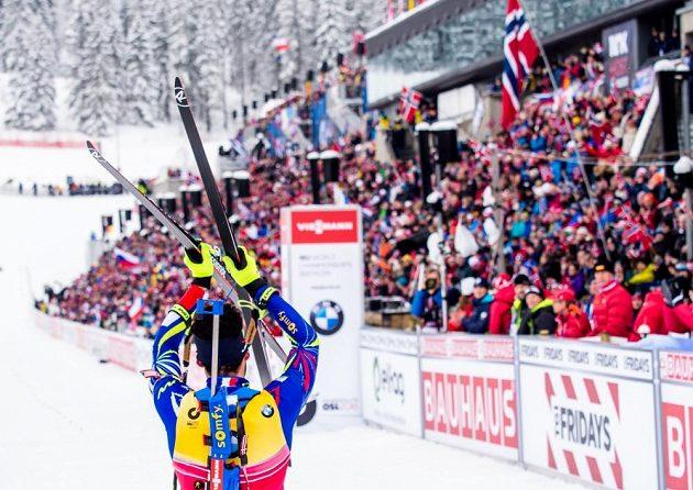 Francouzský biatlonista Martin Fourcade děkuje fanouškům za přízeň během sprintu na MS v Oslu.