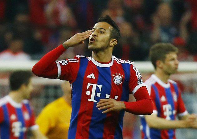 Thiago Alcántara z Bayernu Mnichov oslavuje svůj gól proti Portu.