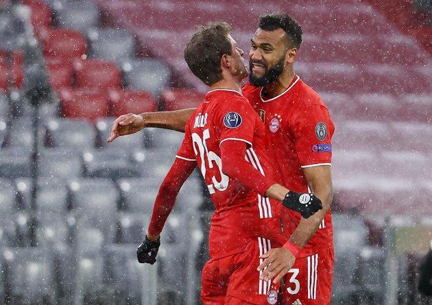 Thomas Müller a Eric Maxim Choupo-Moting po vyrovnávací brance Bayernu proti PSG-