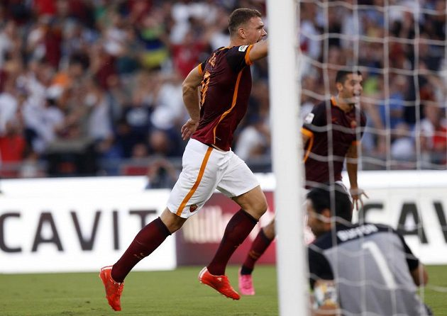 Útočník AS Řím Edin Džeko právě překonal gólmana Juventusu Buffona.