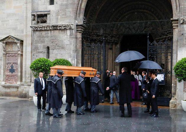 Rakev s ostatky Nikho Laudy míří do katedrály Sv. Štěpána.