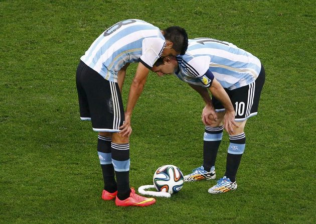 Argentinci Enzo Perez (vlevo) a Lionel Messi před přímým kopem.