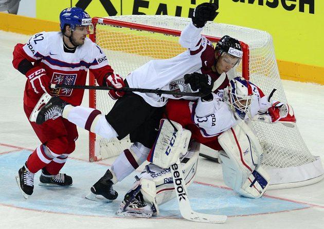 Mela před bránou. Zleva Petr Koukal, Andris Dzerinš z Lotyšska a český gólman Alexander Salák.