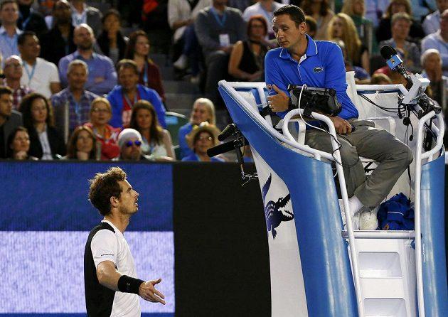 Brit Andy Murray diskutuje s rozhodčím během semifinále Australian Open.
