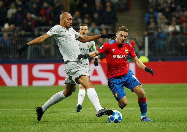 Fotbalista AS Steven Nzonzi v akci během utkání na půdě CSKA Moskva v Lize mistrů.