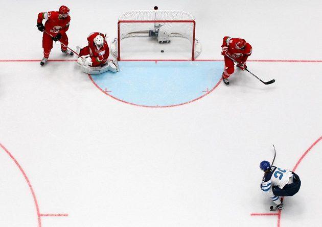 Finský útočník Patrick Laine (dole) střílí gól do běloruské sítě.