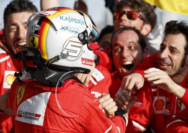 Sebastian Vettel slaví s týmem Ferrari.