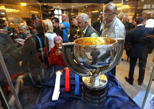 Na ostravské radnici vystavili organizátoři pohár pro hokejové mistry světa a sadu medailí.
