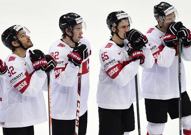 Zklamaní hokejisté Švýcarska po porážce s Českem.