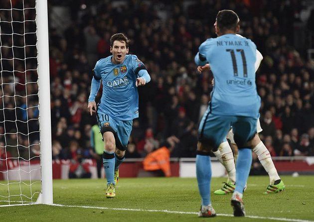 Lionel Messi oslavuje spolu s Neymarem první gól v síti Arsenalu.