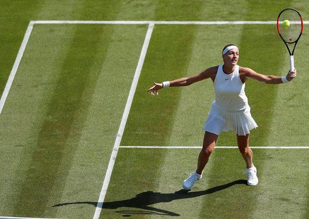 Petra Kvitová na voleji v utkání prvního kola Wimbledonu se Sasnovičovou