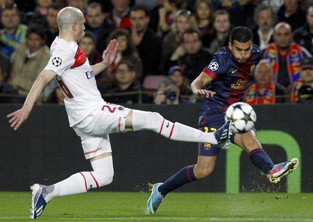 Pedro Rodríguez (vlevo) pálí přes Christopha Jalleta, v tuhle chvíli to ještě gól nebyl. Později však útočník Barcelony srovnal skóre.