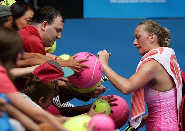 Česká tenistka Petra Kvitová rozdává autogramy po vítězném utkání s Němkou Monou Barthelovou.