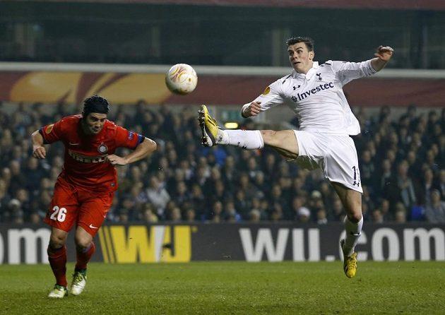 Gareth Bale (vpravo) z Tottenhamu a Cristian Chivu z Interu Milán.