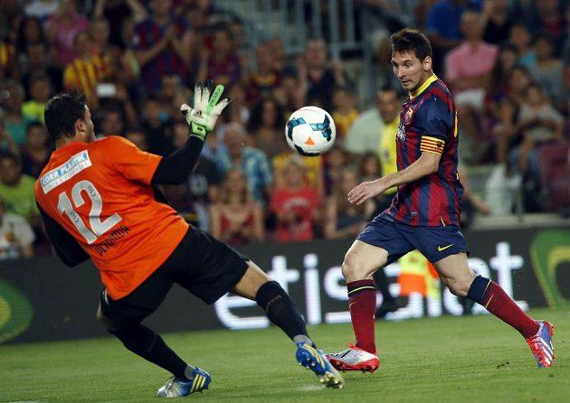 Messi se snaží překonat gólmana Santosu Vladimira.