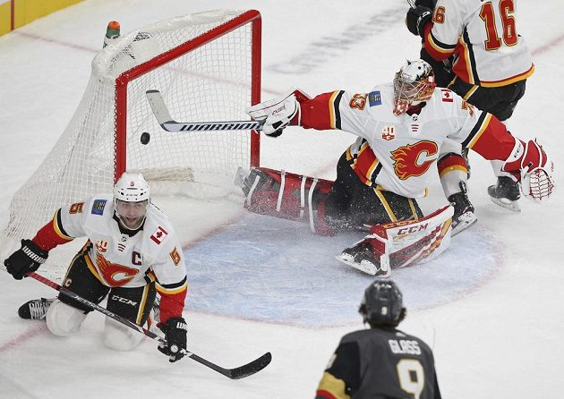 Gólman Calgary Flames David Rittich (33) se snaží zasáhnout během utkání NHL.