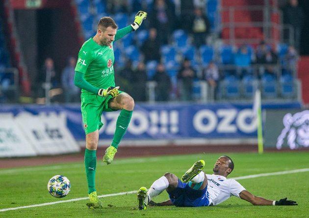 Brankář Slavie Ondřej Kolář a Dame Diop z Ostravy během pohárového utkání.