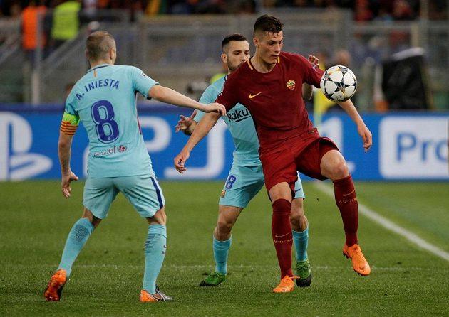 Útočník AS Řím Patrik Schick v akci, atakovat se jej snaží barcelonský Jordi Alba během utkání Ligy mistrů.