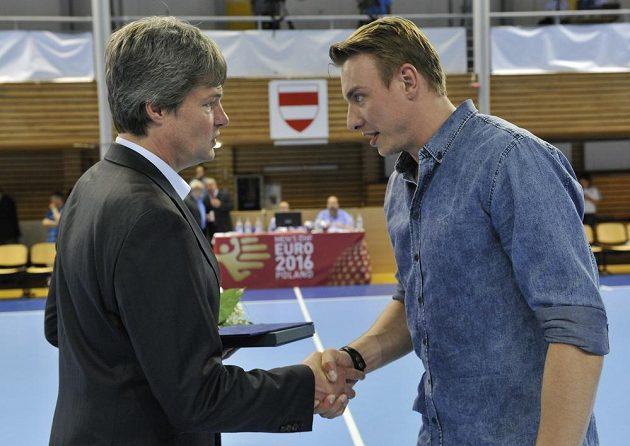 Filip Jícha byl v Brně vyhlášen nejlepším házenkářem sezóny. Gratuluje mu prezident Českého svazu házené Aleš Pospíšil (vlevo).