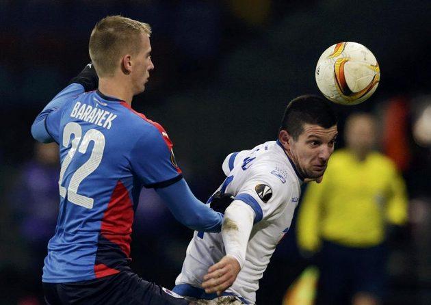 Plzeňský obránce Jan Baránek stíhá Fatose Bečiraje v utkání Evropské ligy.