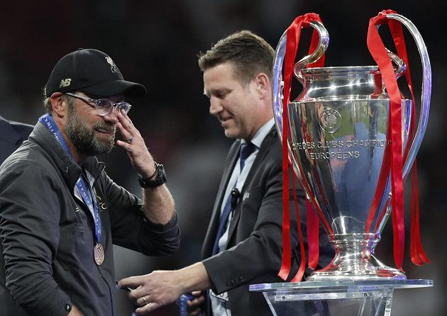 Liverpoolský trenér Jürgen Klopp zlomil prokletí finálových zápasů a slaví triumf v Lize mistrů.