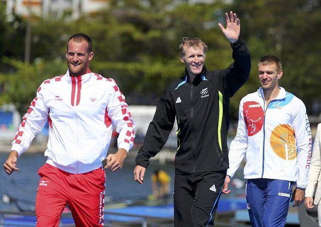 Tři nejlepší z finále skifařů v Riu. Zleva stříbrný Chorvat Damir Martin, olympijský vítěz Mahé Drysdale, bronzový Ondřej Synek.